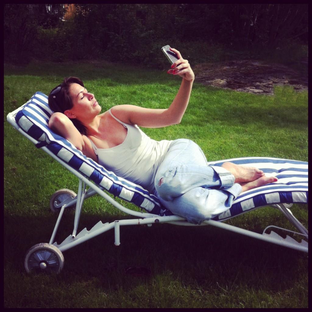 Nope. Selfies när du solar eller sover, blir bara onaturligt och löjligt.