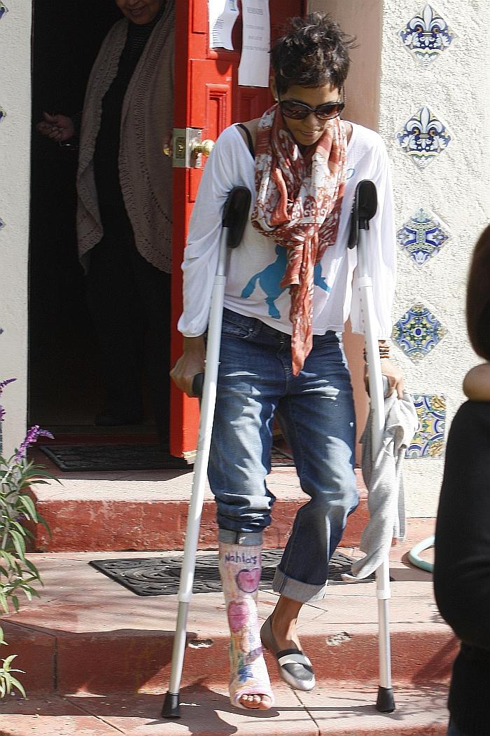 Halle Berry låter dottern rita på gipset » Kändisbloggen