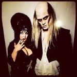 Fergie och Josh Duhamel som Elvira och Uncle Fester (Addams Family)