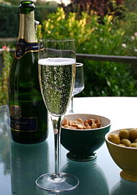 200px-Champagne_flute_and_bottle