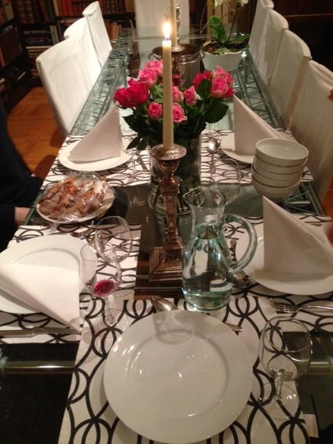 Ett vackert dukat bord är alltid trevligt. Här sitter vi ofta länge efter maten och diskuterar om allt mellan himmel och jord.
