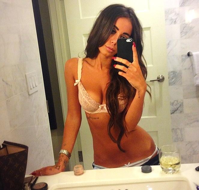 Rebecca Stella, känd bloggerska från Expressen gillar att lägga upp Selfies på sig själv.