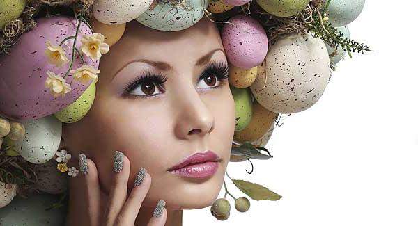 Tänk kreativt och dekorera äggen med vackra mönster och färger.