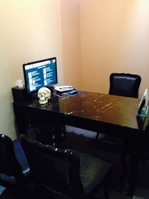 En fin liten dödskalle finns i konsultationsrummet för ansiktslyft.
