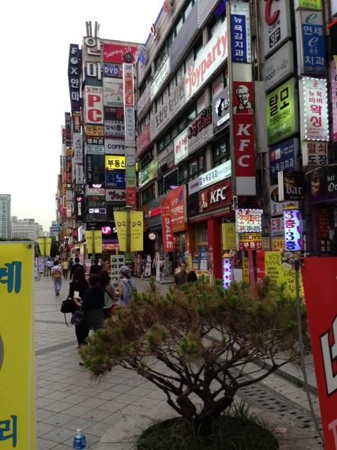 Lite molnigt men varmt när vi landade idag i Seoul. det är vår här just nu.
