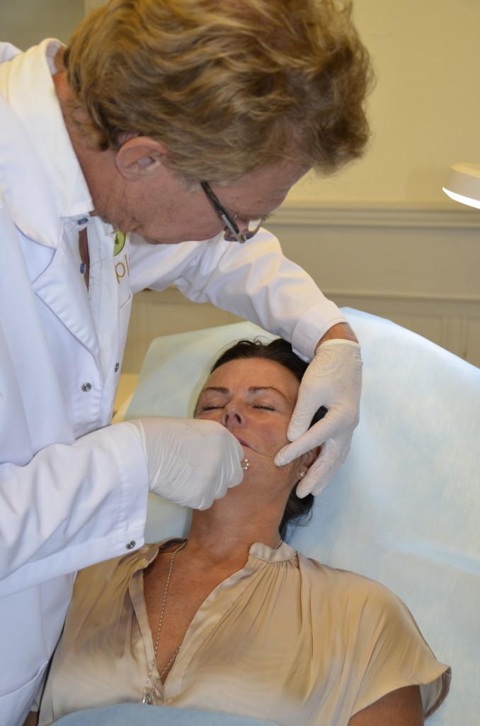 Dr. Fredrik Gewalli planerar innan exakt innan hur han ska utföra behandlingen.