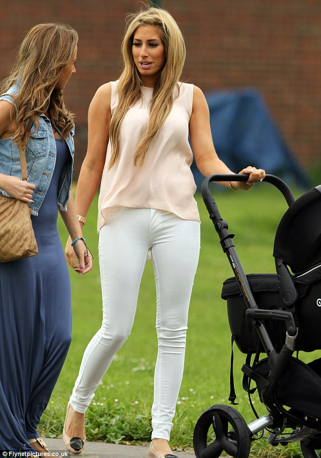 Daily Mail skriver: The slim factor: Stacey Solomon shows off post baby weight loss in white skinny jeans just two-weeks after giving birth.