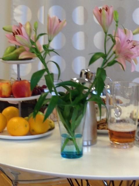 Vi bjuder alltid alla modeller på dryck och frukt då väntetiden kan vara lång ibland.