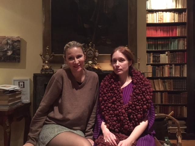 Nathalia och jag vid öppna spisen i biblioteket. Här har andra konstnärinnor målat som Mathilde Dietrichson och Hildergard Thorell.