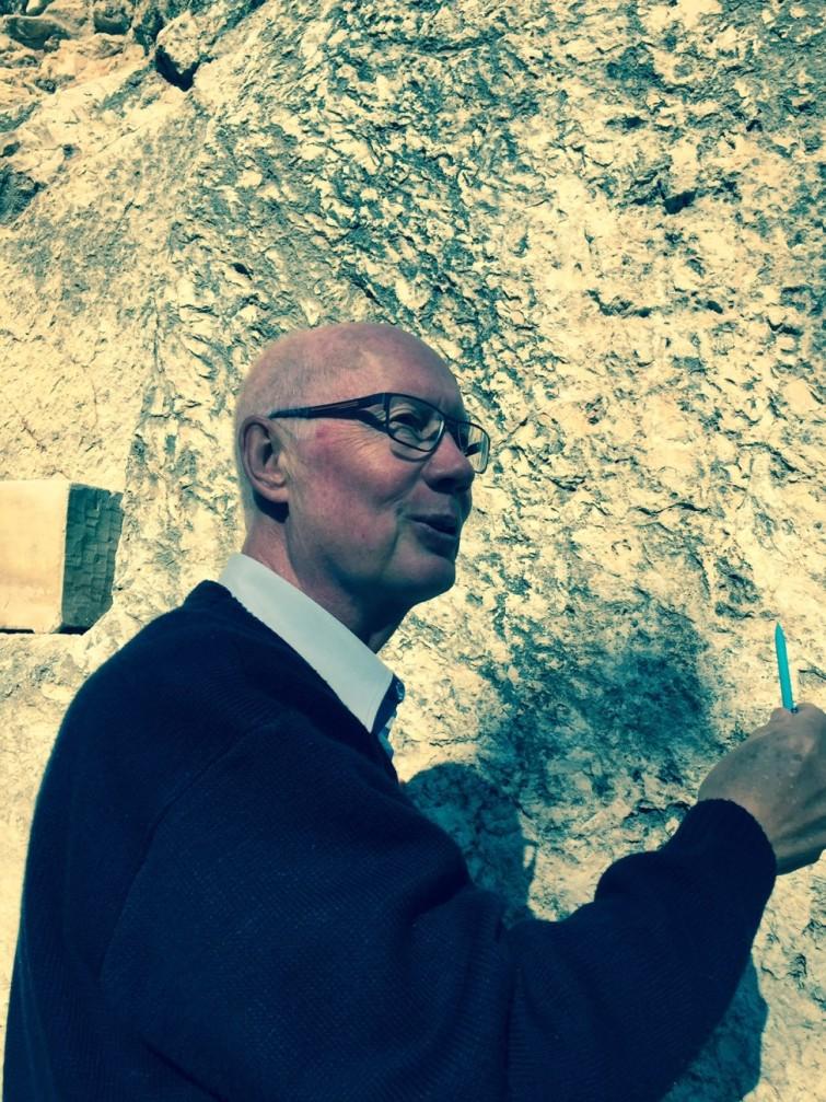 Bertil berättar detaljerat om varför Jesus korsfästes här.