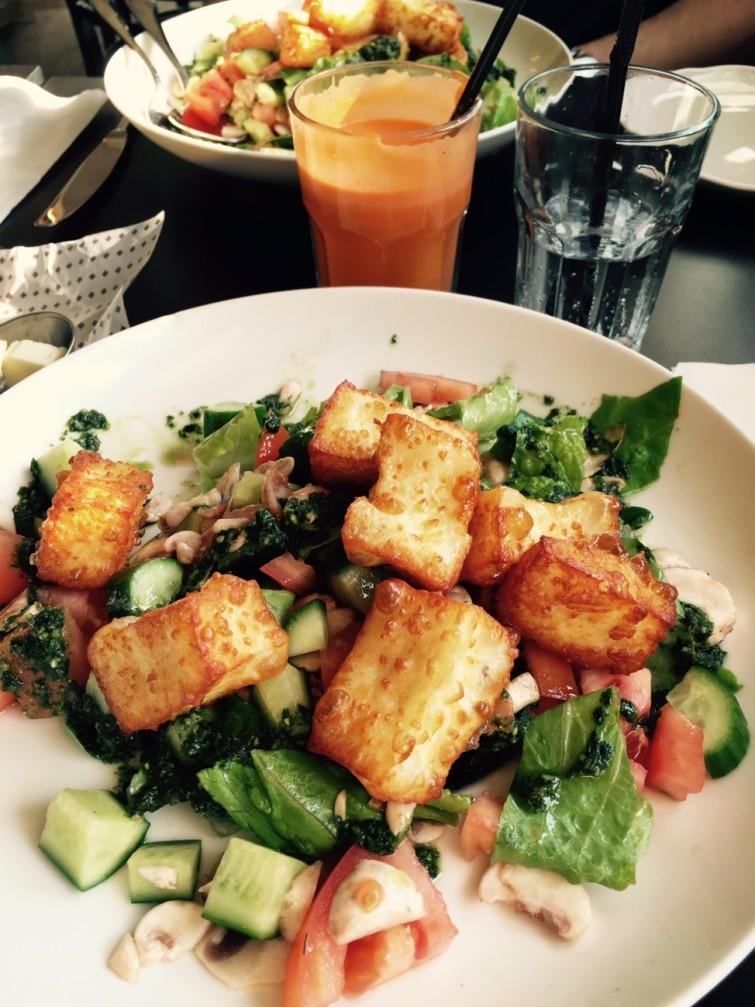 God lunch, Halloumisallad med ett glas färskpressad juice på morötter, ingefära och äpple.