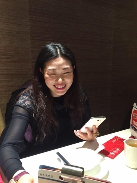 Maten låter helst sin värd beställa, det är svårt att läsa kinesiska.
