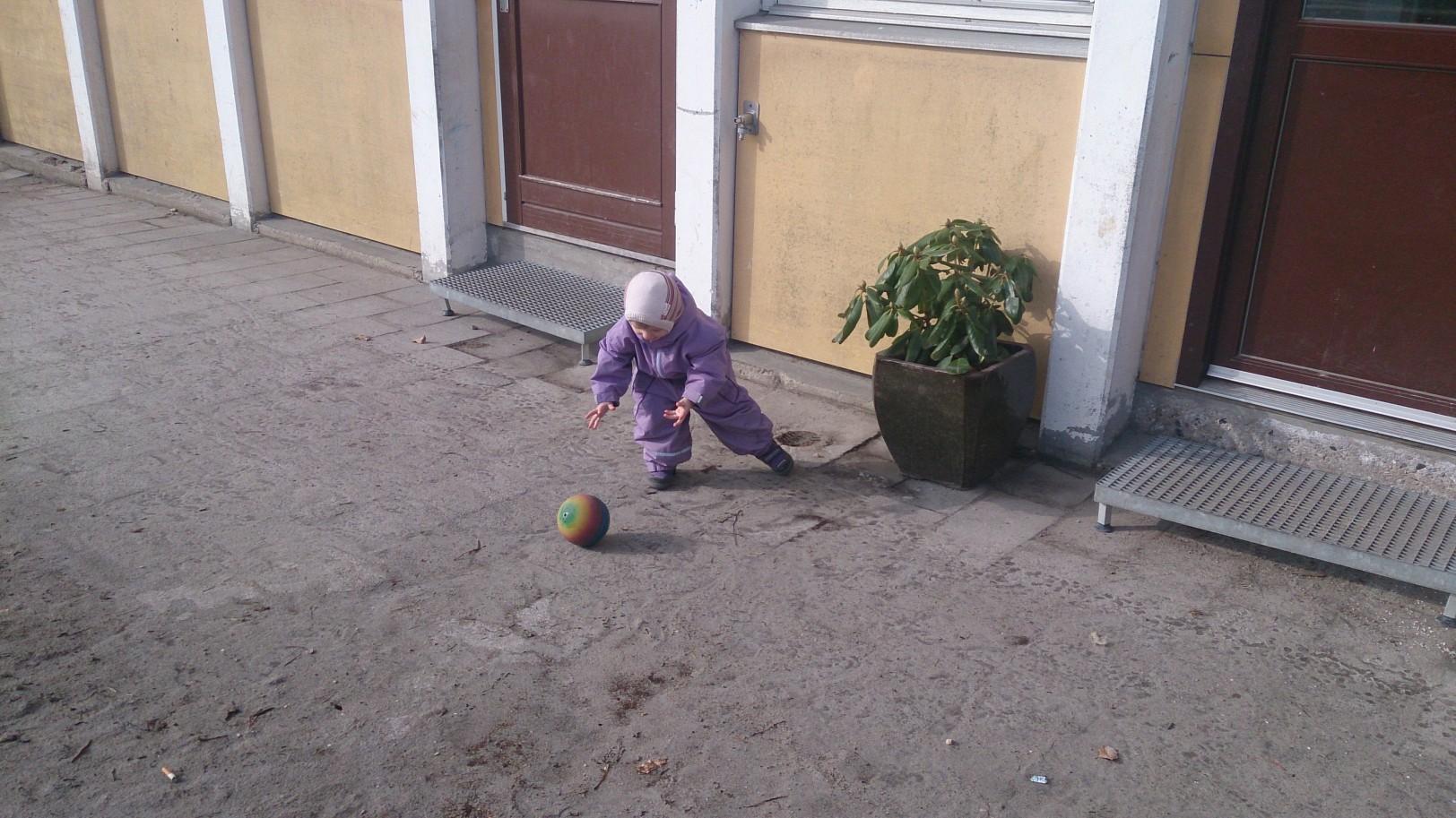 Alva chasing down the ball