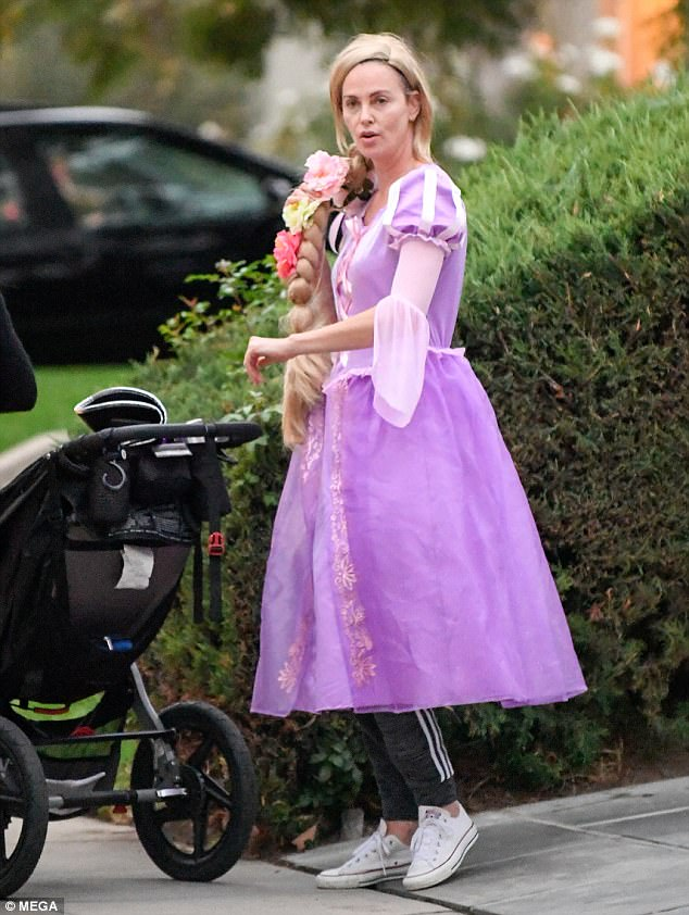 45E4B81100000578-5039611-Fairy_tale_life_Charlize_Theron_dressed_up_as_Disney_s_Rapunzel_-m-9_1509551230746